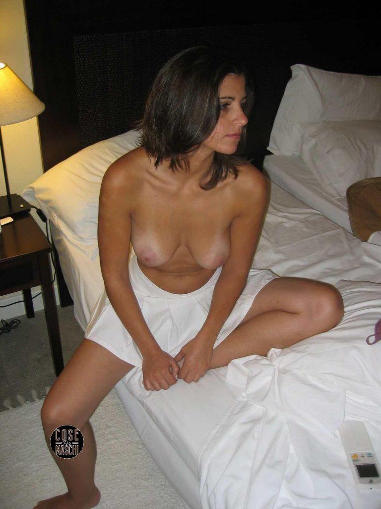 sexy fidanzata seno nudo sul letto